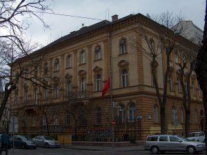 Kép forrása: https://upload.wikimedia.org/wikipedia/commons/f/f3/Embassy_of_China_Budapest.jpg